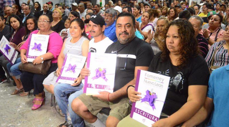 Entrega César Garza escrituras y asegura patrimonio a familias